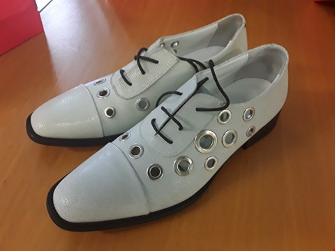 Lot 2 BOXED PAIR OF DESIGNER ECKETT LACE UP OFF WHITE GENTS SHOES IN THE STYLE OF FINERY LONDON SIZE 5 RRP £119
