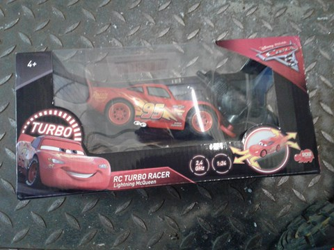 Lot 2355 LOT OF 2 ITEMS TO INCLUDE CARS 3 LIGHTNING MCQUEEN REMOTE CONTROL TURBO RACER AND AN ABBEYMPACK OF 2 TABLE LAMPS RRP £58